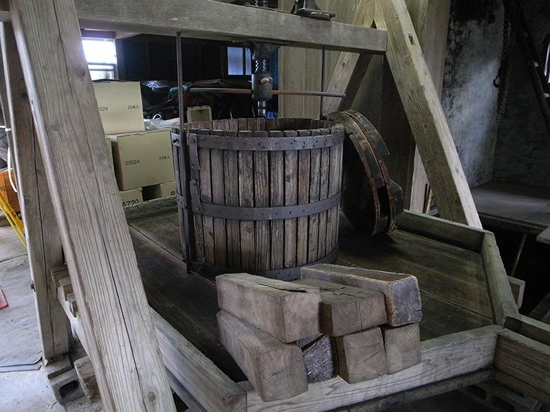 こちらも先代のお手製というぶどうの絞り機。除梗、破砕されたぶどうが圧搾される。