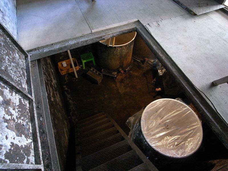 急な階段の地下室に発酵タンクがある。