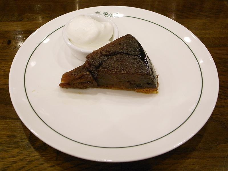 タルトタタン。キャラメリゼしたりんごをオーブンでじっくり2時間、ものすごい手間がかかるんだそう。