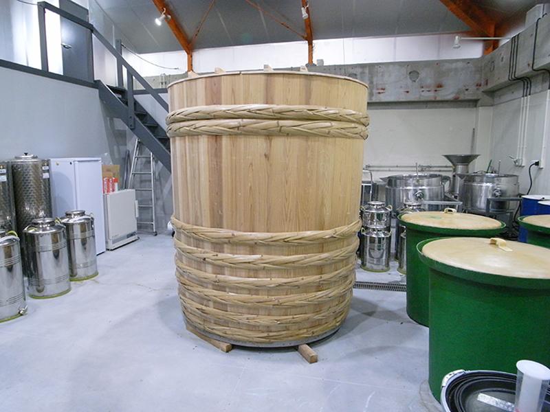 容量3,000リットルもの木桶。小豆島の「木桶職人復活プロジェクト」によるもの。