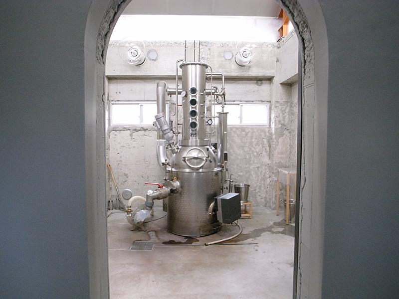 蒸留所内中央の部屋に位置する蒸留機。改築前はトイレだったというエピソードも。