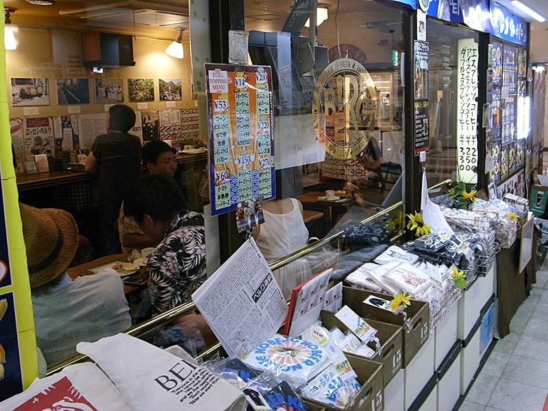 店の前にTシャツやトートバッグなどのグッズが並ぶ。