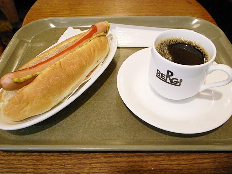 ベルクドック ¥313、ブレンドコーヒー ¥216