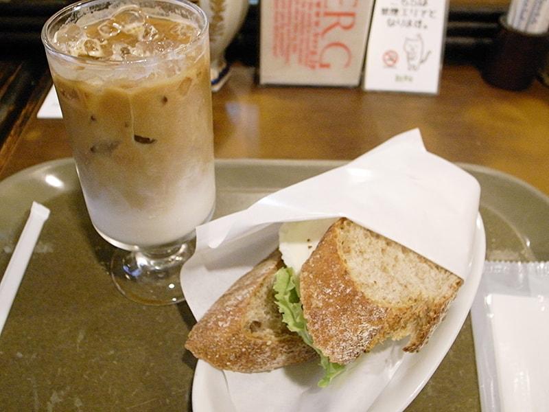 キッパー卵サンド ¥432、アイスラテ ¥302
