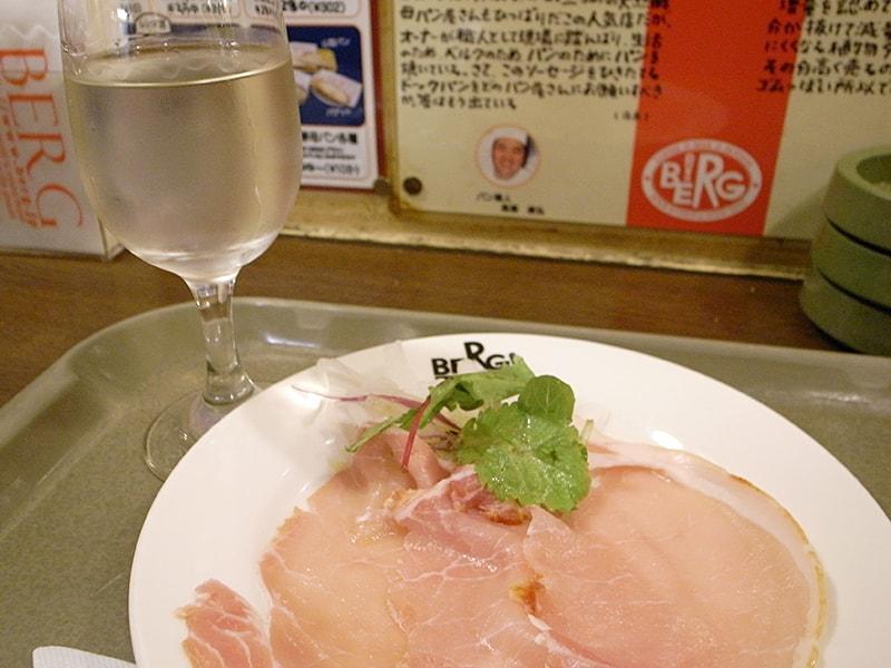 佐久の花酒造「夏の直汲み 純米吟醸生原酒」グラス ¥508、生ハム ¥389