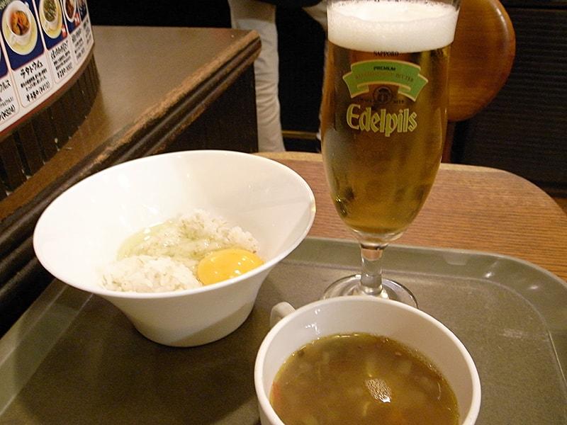 卵かけご飯 ¥220、大麦と牛肉の野菜スープ ¥302、エーデルピルス ¥454