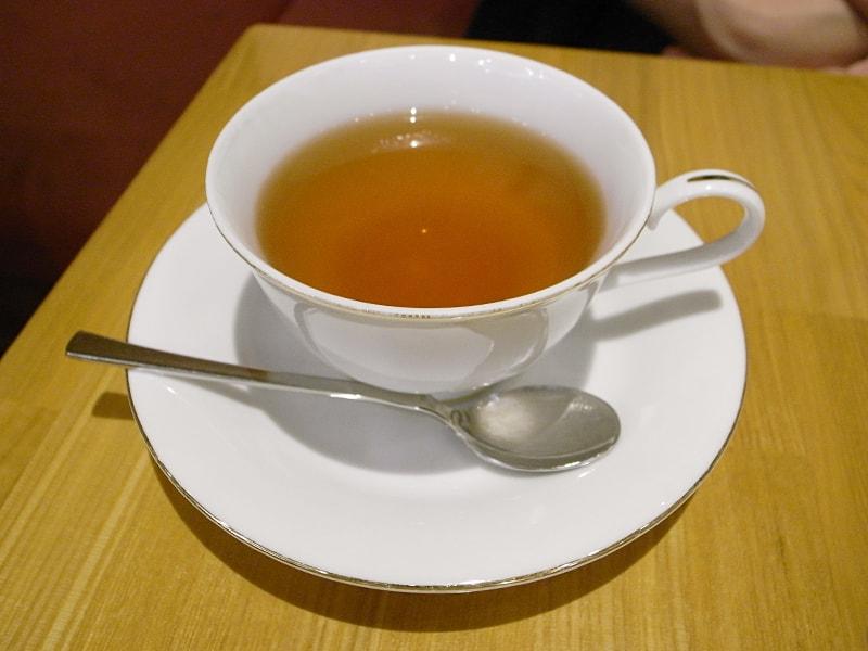 ダージリンの一番茶をストレートでいただく。