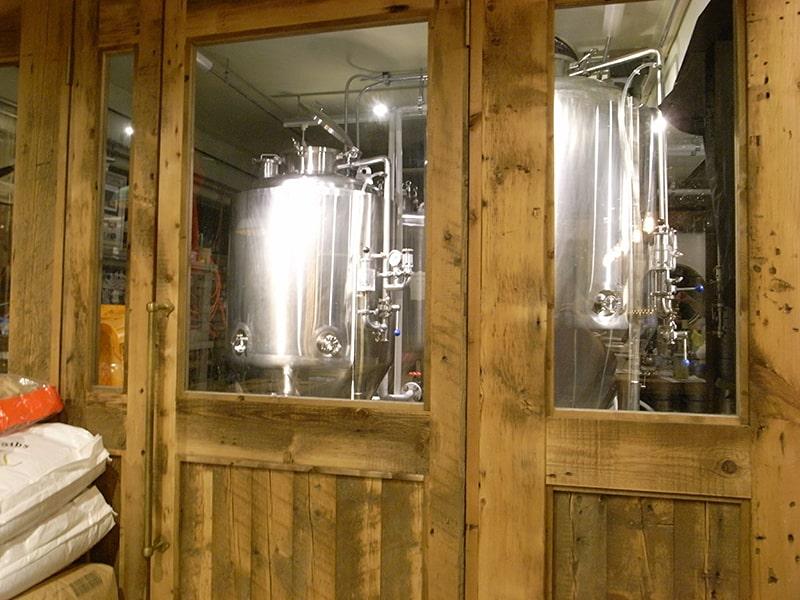 こちらが醸造設備。店内で眺めながら飲むことができる。